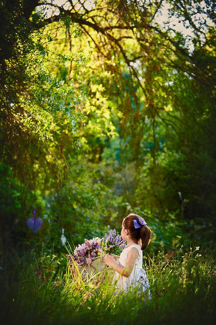 Fotografía-romantica-en-exteriores-con-plantas-naturales.