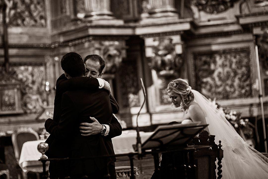 fotografía abrazo hermanos boda